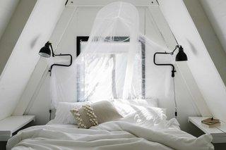 内,几个较大的A型框架的小屋拥有明亮的第二层,其中夫妇与白漆涂层简单更新。他们的目标是清新的空间,而不让他们感到过于现代的或幻想。