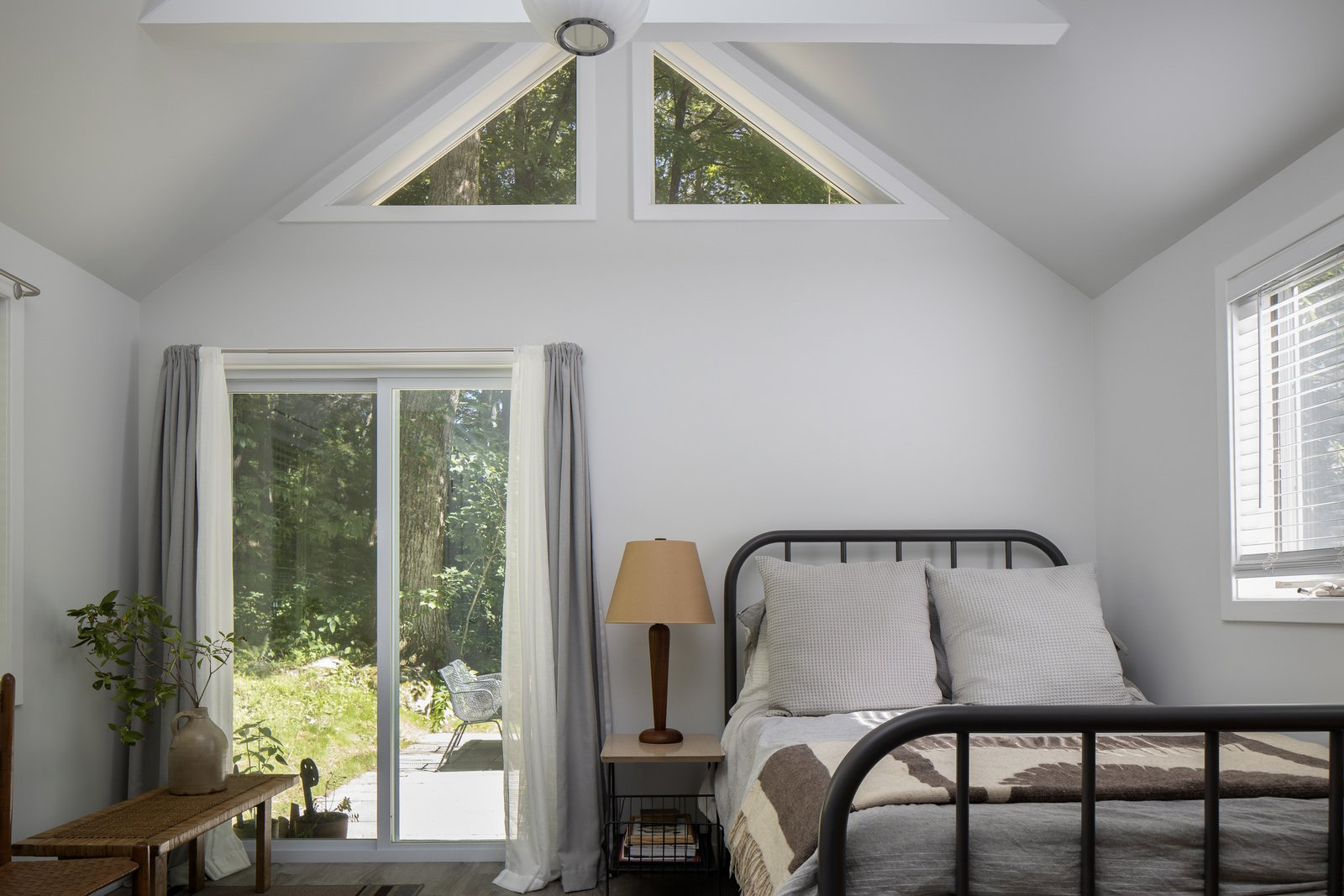 New England–style cottage bedroom