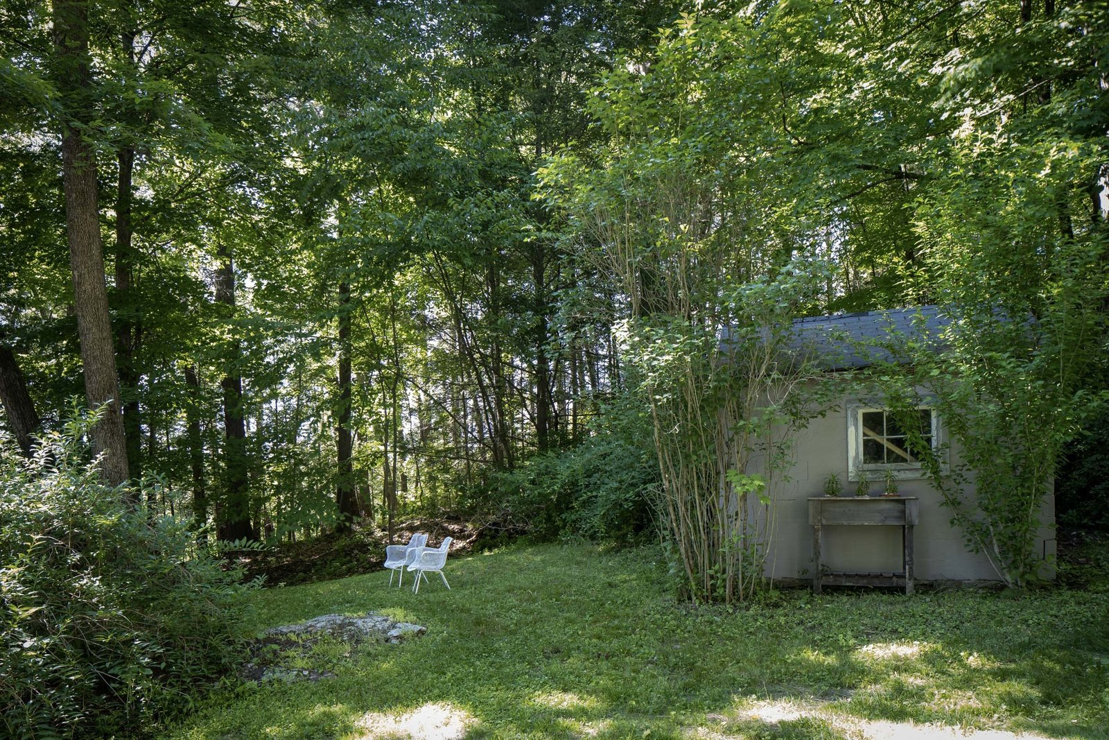 New England–style cottage backyard