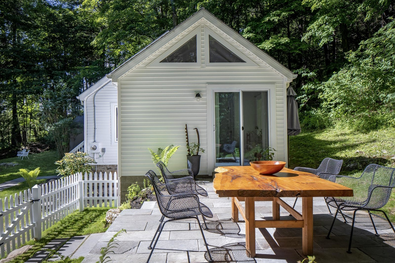 New England–style cottage patio