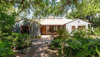 郁郁葱葱的洛杉18bet在线体育矶化合物与瓦覆小屋和石灰绿色家园寻求$ 2M