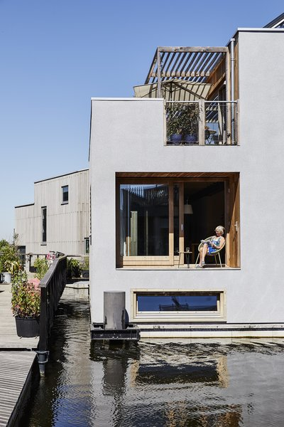 The Buiksloterham area in northern Amsterdam is designated for sustainable building, which made it an appealing location for Schoonschip's founders. The houses are oriented toward the water and each other, creating a neighborly feel.