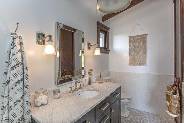 A look at the en suite bathroom.
