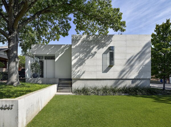 "Built in 2014, this modernist-style home is sited on an irregularly shaped lot in the Turtle Creek area of Dallas, Texas. The front-most section of the facade is covered in Roman travertine, while the rest of the exterior is finished in <span style=""font-family: Theinhardt, -apple-system, BlinkMacSystemFont, ""Segoe UI"", Roboto, Oxygen-Sans, Ubuntu, Cantarell, ""Helvetica Neue"", sans-serif;"">hard-troweled stucco.</span>'></a></noindex></noindex><figcaption> <p>Built in 2014, this modernist-style home is sited on an irregularly shaped lot in the Turtle Creek area of Dallas, Texas. The front-most section of the facade is covered in Roman travertine, while the rest of the exterior is finished in hard-troweled stucco. The location of the home was also pushed back to accommodate a large oak tree at the front of the lot.</p> <p>Photo by Jason Anderson for Briggs Freeman Sotheby's International Realty</p> </figcaption></figure> <figure><noindex><noindex><a target=""_blank"" rel=""nofollow"" href=""https://www.dwell.com/article/casa-di-luce-lionel-morrison-e95b37db/6715566190450552832"" target=""_blank"" rel=""nofollow"" ><img loading=""lazy"" src=""https://images.dwell.com/photos-6063391372700811264/6715566190450552832-medium/inside-the-main-living-area-features-sliding-glass-doors-by-fleetwood-that-disappear-into-the-walls-for-a-nearly-seamless-transition-between-indoor-and-outdoor-spaces-throughout-the-home-a-material-palette-of-concrete-floors-marble-and-wood-completes-each.jpg"" height=""400"" width=""600"" alt=""Inside, the main living area features sliding glass doors by Fleetwood that disappear into the walls for a nearly seamless transition between indoor and outdoor spaces. Throughout the home, a material palette of concrete floors, marble, and wood completes each space.""></a></noindex></noindex><figcaption> <p>Inside, the main living area features sliding glass doors by Fleetwood that disappear into the walls, providing a nearly seamless transition between indoor and outdoor spaces. Throughout the home, a palette of concrete, marble, and wood completes each space.</p> <p>Photo by Jason Anderson for Briggs Freeman Sotheby's International Realty</p> </figcaption></figure> <div> <p>The home's current owners wanted a home where they could easily host guests and expand the entertaining space outdoors. By proposing the enclosed courtyard, Morrison achieved the homeowners goals while creating a sense of privacy along the narrow, .18-acre lot. Public and private spaces are also clearly separated, with the main living spaces located at the front and the bedrooms along a hallway on one side.</p> </p></div> <figure><noindex><noindex><a target=""_blank"" rel=""nofollow"" href=""https://www.dwell.com/article/casa-di-luce-lionel-morrison-e95b37db/6715566190343512064"" target=""_blank"" rel=""nofollow"" ><img loading=""lazy"" src=""https://images.dwell.com/photos-6063391372700811264/6715566190343512064-medium/the-homes-l-shaped-floor-plan-was-used-to-create-a-courtyard-patio-and-pool-accessible-by-sliding-glass-doors-from-the-living-area-and-principal-suite.jpg"" height=""400"" width=""600"" alt=""The home"