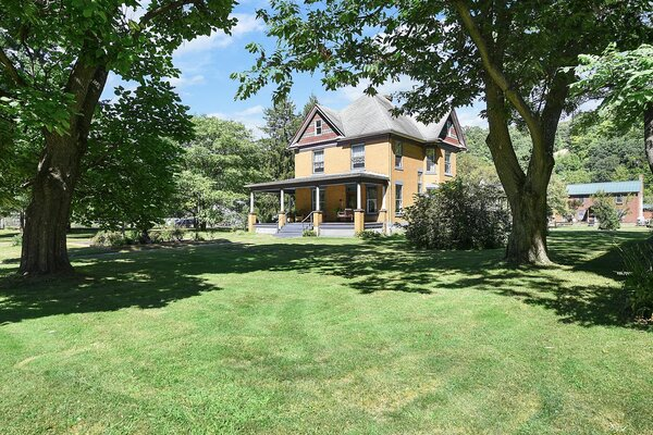 """Built in 1910, this Victorian-style home played a starring role in the 1990s film <i>The Silence of the Lambs</i>. The 1.76-acre property—which also comes an old train caboose that doubles as a pool house—is located about 30 miles southeast of downtown Pittsburg, Pennsylvania.""""></a></noindex></noindex><figcaption> <p>Built in 1910, this Victorian-style home had a starring role in the 1991 film <i>The Silence of the Lambs</i>. The 1.76-acre property—which also comes a decommissioned train caboose that doubles as a pool house—is located about 30 miles from downtown Pittsburg, Pennsylvania.</p> <p>Photo by Alexis Zakis</p> </figcaption></figure> <figure><noindex><noindex><a target="""
