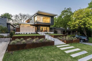 An Indulgent Fenestration Design Rewards This Modern Dallas Home With Views of a Lush Park