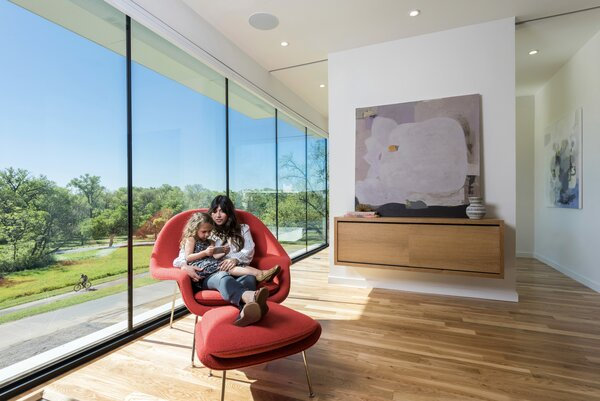 Designed by Dallas-based M Gooden Design, Perch Haus features a cantilevered second story that offers views of cycling paths and a large park along White Rock Lake. Floor-to-ceiling windows span the width of a sunny reading area, which faces southeast and basks in natural light throughout the day.