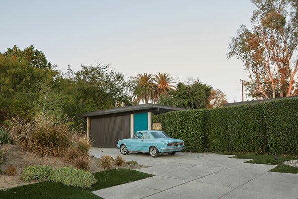 Located southeast of downtown Los Angeles in the Friendly Hills neighborhood of Whittier, California, this 1950s home is hidden by massive hedges.