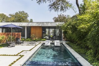 This Eichler-Inspired Dwelling in Austin Boasts Serious Curve Appeal