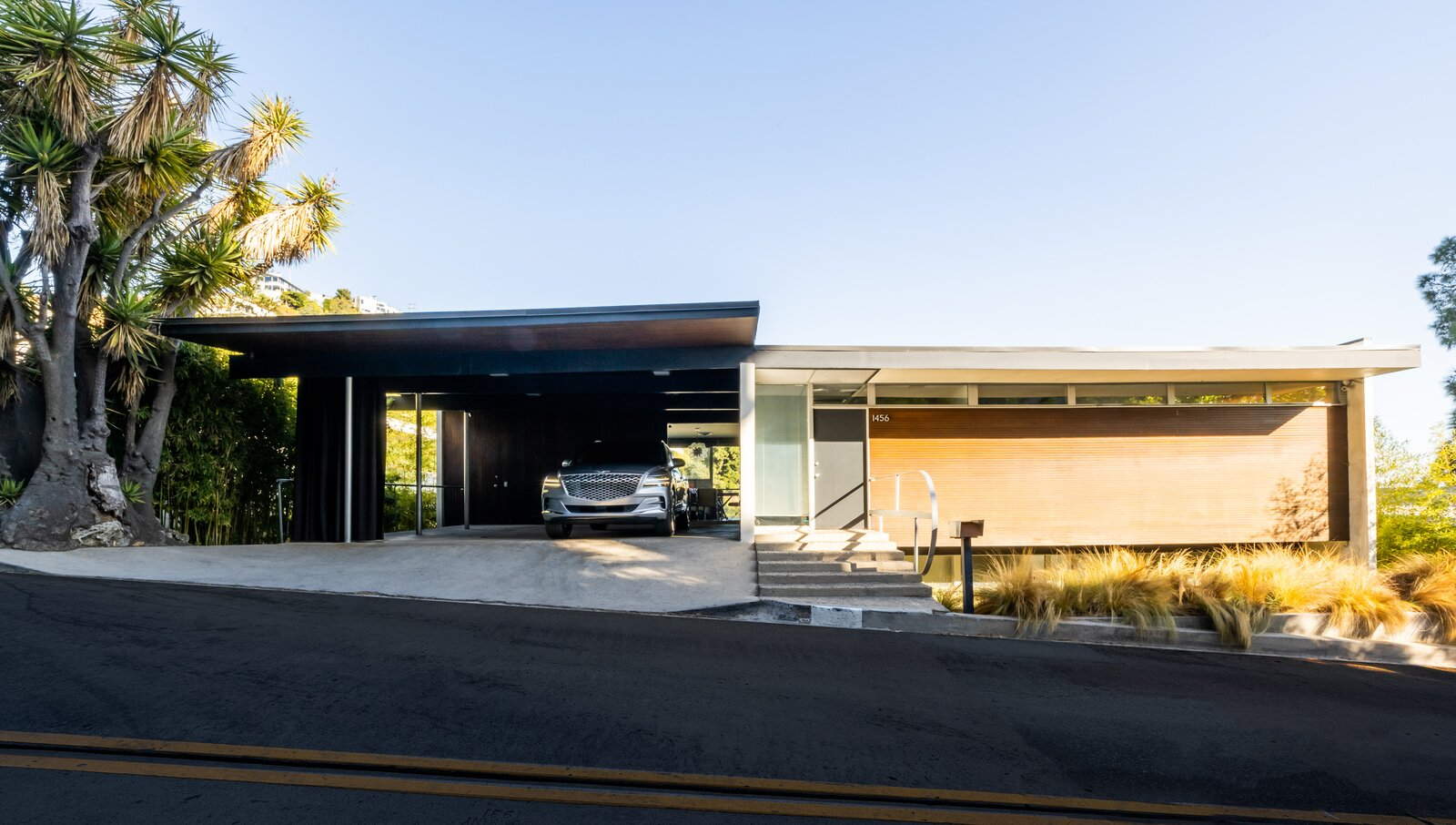 Exterior of Lew House by Richard Neutra