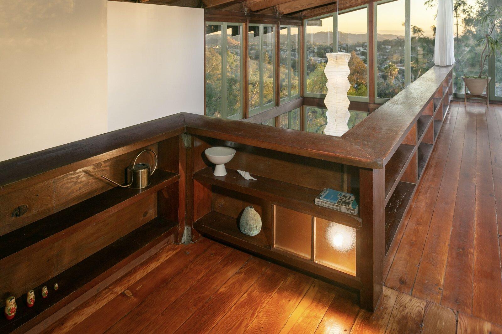Tầng trên gác lửng nhìn ra khu sinh hoạt chung. Giá đỡ tích hợp tạo đường nét cho không gian, bổ sung cho sàn gỗ linh sam Douglas đã được tinh chỉnh lại. Ảnh 8 trong tổng số 16 với giá 1,55 triệu đô la Mỹ, Bức ảnh trung bình LA đã được khôi phục này Kỷ niệm Di sản bị lãng quên của Kiến trúc sư Jean G. Killion