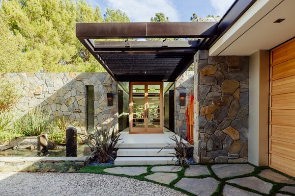 The bouquet canyon stone pays tribute to the midcentury-modern era when the home was built.