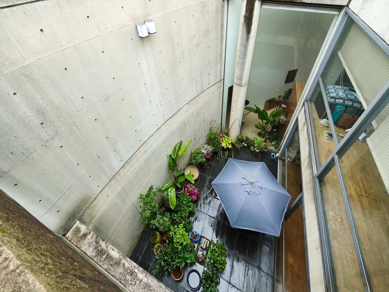 The nearly 5,500-square-foot structure includes three multi-floor units positioned between several courtyard gardens. The overall plan is also based on a series of overlapping arcs and rectangular spaces that create specific relationships with natural light.  Photo 3 of 11 in Tadao Ando's Curved Concrete Ito House Asks $7M in Tokyo
