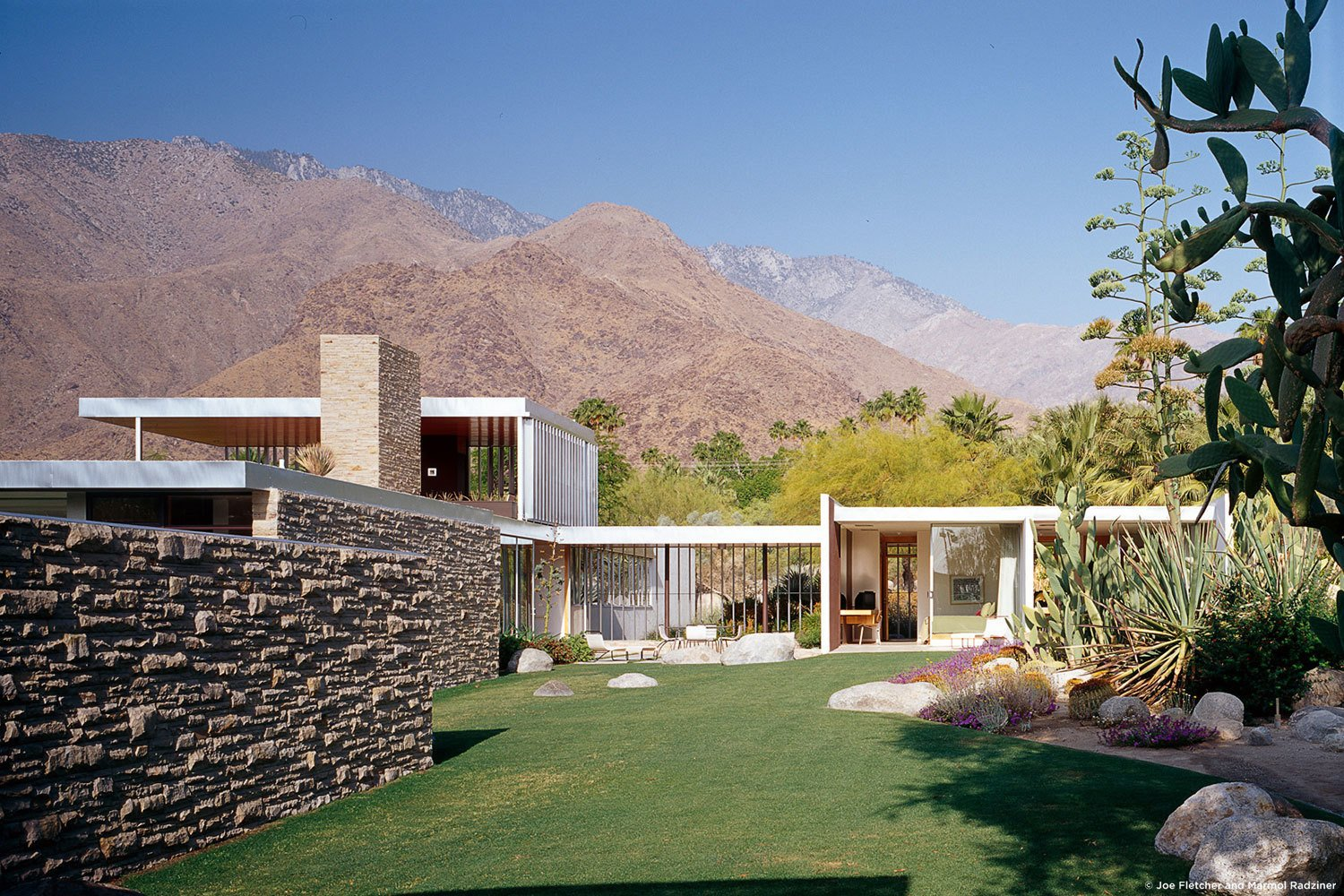 Outdoor, Grass, Back Yard, Gardens, Flowers, Desert, Boulders, Side Yard, Stone, and Hardscapes #KaufmannHouse #modern #midcentury #Nuetra #1946 #restoration #archival #original #details #lighting #windows #exterior #outside #outdoors #landscape #views #green #PalmSprings #California #MarmolRadziner   Best Outdoor Boulders Desert Photos from Kaufmann House