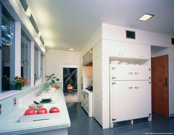 #StenHouse #modern #midcentury #Nuetra #1934 #interior #inside #kitchen #appliances #refrigerator #windows #lighting #SantaMonica #California #Pentagram #MarmolRadziner