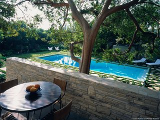 #StenHouse #modern #midcentury #Nuetra #1934 #outside #exterior #landscape #green #deck #pool #stone #seating #table #chairs #SantaMonica #California #Pentagram #MarmolRadziner