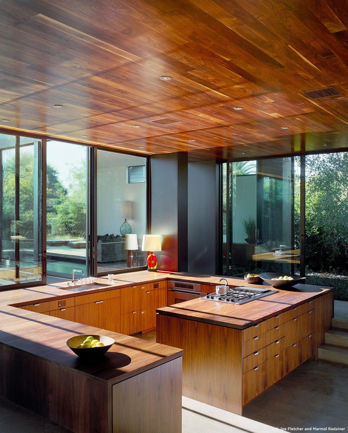 #ViennaWayResidence #modern #midcentury #inside #interior #windows #lighting #dining #wood #table #seating #kitchen #storage #naturallight #Venice #California #MarmolRadziner  Vienna Way Residence
