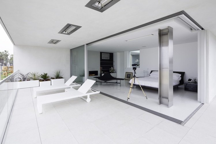 #danbrunn #flipflop #beachfront #residence #venice #california #glass #bedroom #windows #interior #exterior #indoor #outdoor #patio  Flip Flop Residence by DBArchitecture