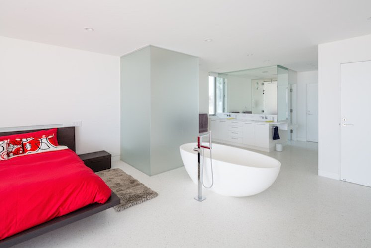 #danbrunn #zigzag #residence #beachfront #venice #california #bedroom #bathub #bathroom #interior  Zig Zag Residence by DBArchitecture