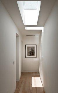 #LightboxWainscott #structure #form #stackedboxes #modern #interior #inside #indoors #hallway #skylight #lighting #naturallight #JaredDellavalle #BernheimerArchitects