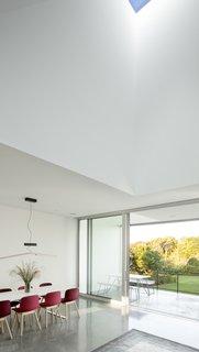 #QuonochontaugHouse #structure #form #coastal #indoor #inside #interior #dining #windows #naturallight #indooroutdoorliving #modern #midcentury #RhodeIsland #BernheimerArchitects
