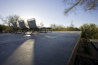 #modern #moltzresidence #ibarrarosanodesignarchitects #architecture #landscape #exterior #fireplace #arizona #backyard #outdoor #seatingdesign #loungechair #desert
