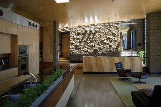 #downingresidence #modern #desert #interior #architecture #openfloor #kitchen #dining #countertop #storage #arearug #entertaining #eames #loungechair #skylight
