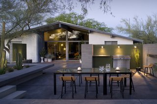 #modern #moltzresidence #ibarrarosanodesignarchitects #architecture #landscape #exterior #arizona #backyard #outdoor #seatingdesign #loungechair #dining #openfloor #bbq #aframe