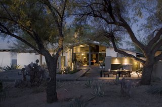 #modern #moltzresidence #ibarrarosanodesignarchitects #architecture #landscape #exterior #arizona #backyard #outdoor #seatingdesign #loungechair #dining #entertaining #lighting #outdoorlighting