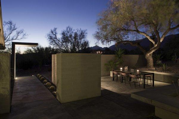 #modern #moltzresidence #ibarrarosanodesignarchitects #architecture #landscape #exterior #arizona #backyard #outdoor #seatingdesign #loungechair #dining #openfloor