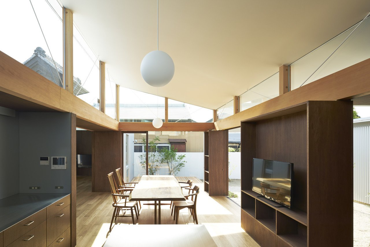Dining room  House with Gardens and Roofs by Arii Irie Architects