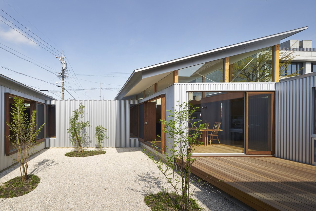 Courtyard  House with Gardens and Roofs by Arii Irie Architects