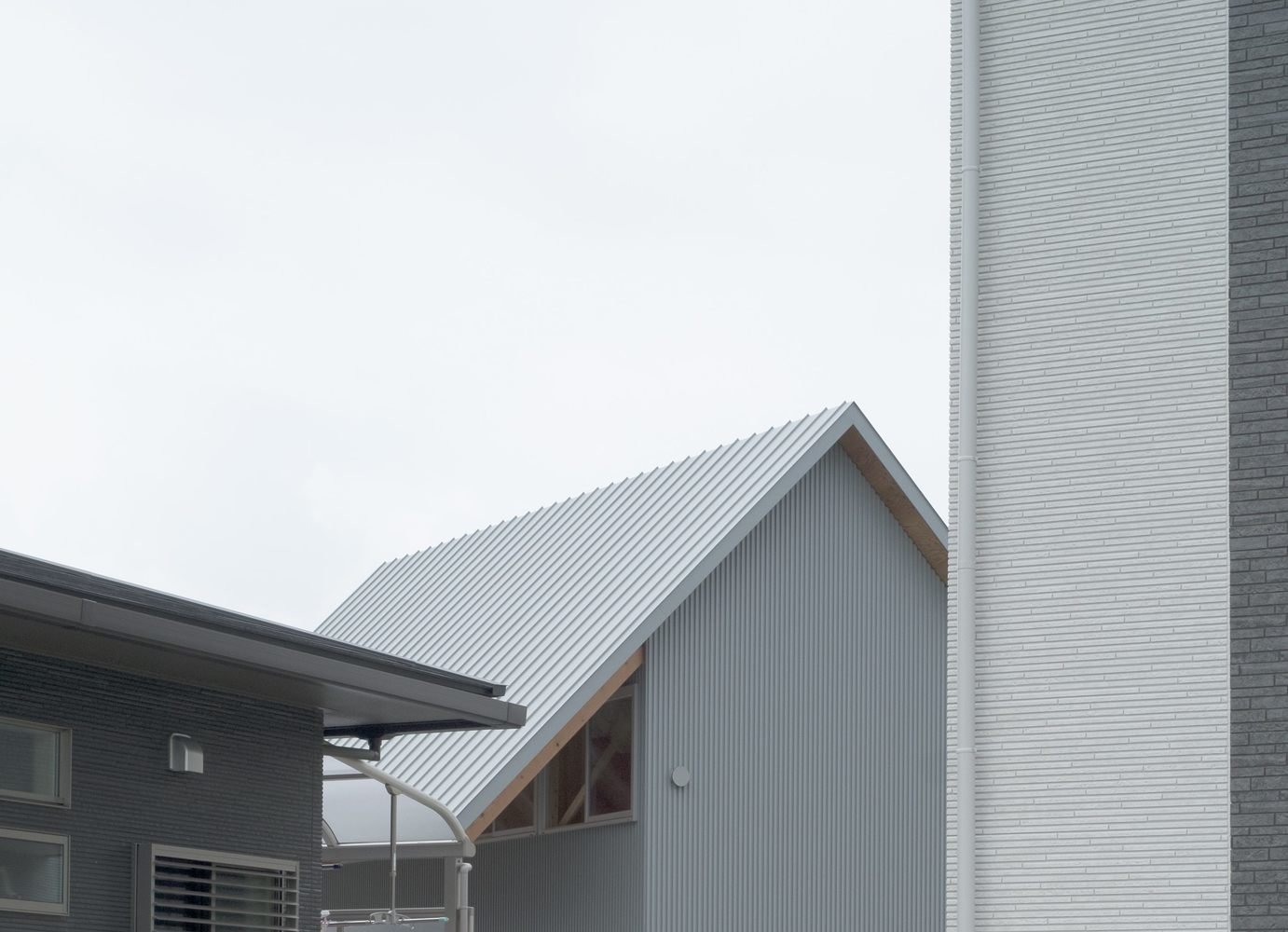 House in Bungotakada is a minimal architecture project located in Oita, Japan, designed by Yabashi Architect & Associates. The owner wanted a spacious and bright space that would also accommodate guests. In order to lower costs, the architects chose to create split-level segmented programs. The split levels would divide the space without the use of partitions or walls. In doing so, each space is opened up to another, allowing light and wind to flow throughout the entire home.  Architecture