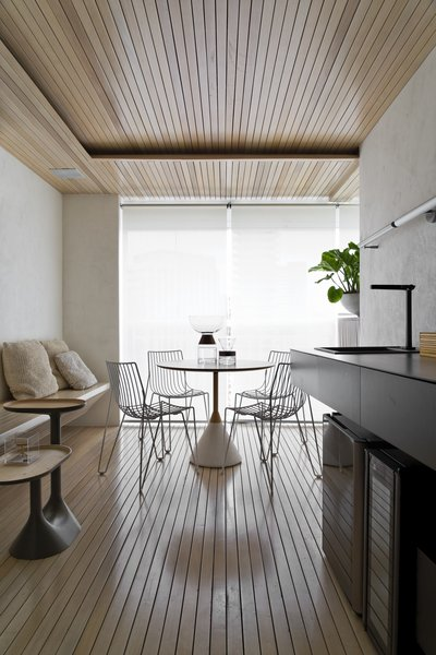 The dining area between the living room and balcony is the most light-filled space in the common area. The floors, lining, and bench were built using solid wood ripada.