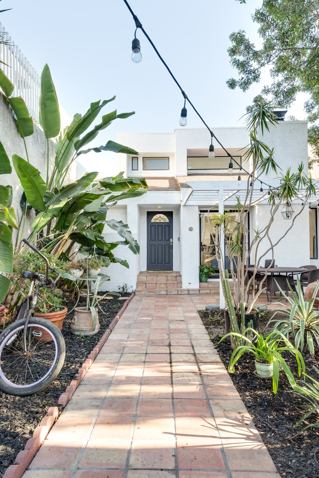 Best photos from a venice beach abode becomes a chic for How much to build a beach house