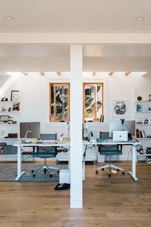 """""""实际上,在上面的甲板上有一个隐藏的天窗,它把所有的阳光都投射到这两间卧室里,""""戴维斯说。业主将它们用作工作空间,但未来它们可以转换成传统的卧室。"""