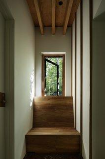 在走廊尽头夹着柚木长凳提供了一种用于读一个舒适的空间。在夏季,空气向南流从下到上一级北,其中通过读取角落之上的窗愉快微风迎来。