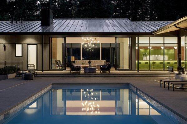 A casa Patton New-Century foi projetada para uma vida interna e externa, com uma grande sala e quartos com vista para uma piscina e um pátio externo.