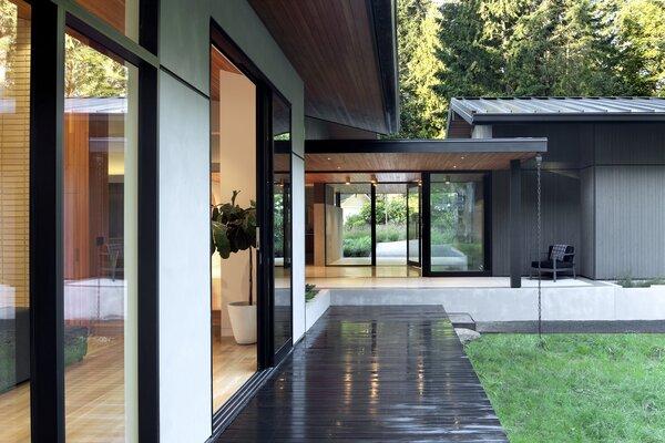 """Olhando em direção à entrada da ala residencial da casa, que é construída """"como uma ponte"""