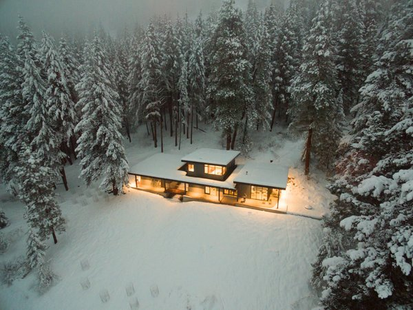 This cabin has a commodious kitchen and living area that encourages family and friends to come together for meals and conversation.