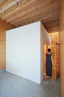 佐佐木设计了白漆盒状插入刚刚超越了办公室。体积拥有两个卫生间和杂物间。
