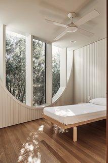 在卧室帧树梢的窗口,允许隐私。