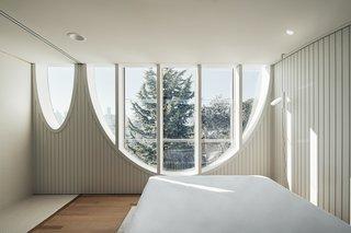 拱形窗户为一些卧室提供了类似树屋的体验。