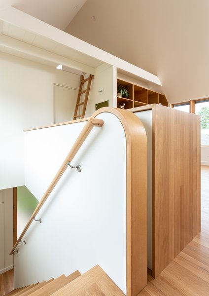 """""""二楼的框架稍微从楼梯上拉走,使太阳光的条子可以洗楼梯墙壁和一些楼下的地板的,""""建筑师说。"""