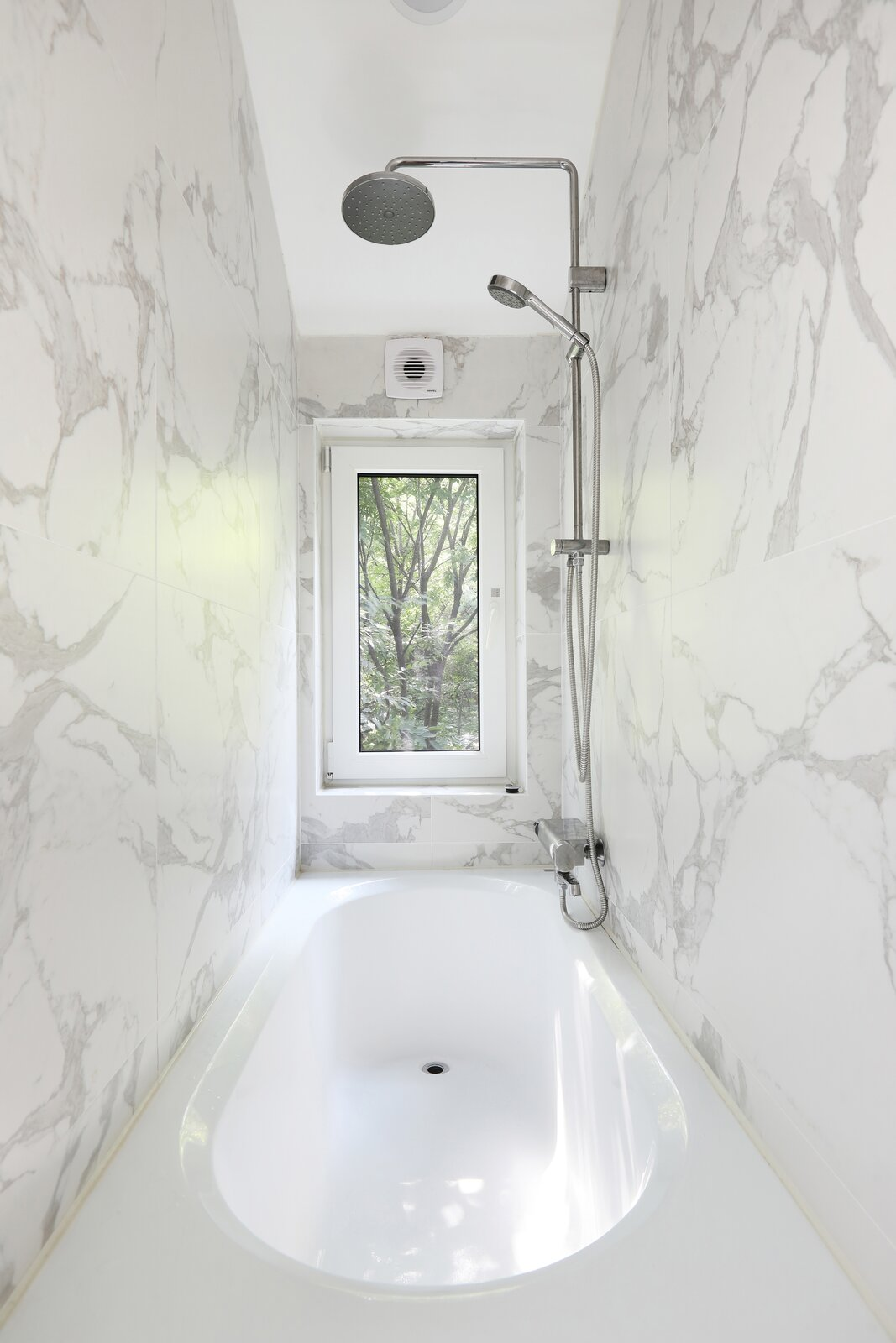 Seroro House by Smaller Architects marble bathroom