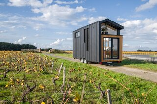 Ala Köl, the most recent design imagined by Tiny House Baluchon for a couple who love to travel, is clad with black aluminum, cedar, and glass.