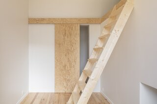 In the sons' bedroom, a ladder accesses a sleeping alcove above the bathroom. A second sleeping alcove is located beneath the daughter's bedroom.