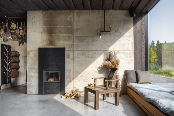 Tetere-Sulce finished the interior of the cabins and the sauna building with muted tones of gray and cream that can be seen in nature throughout the seasons in Latvia.