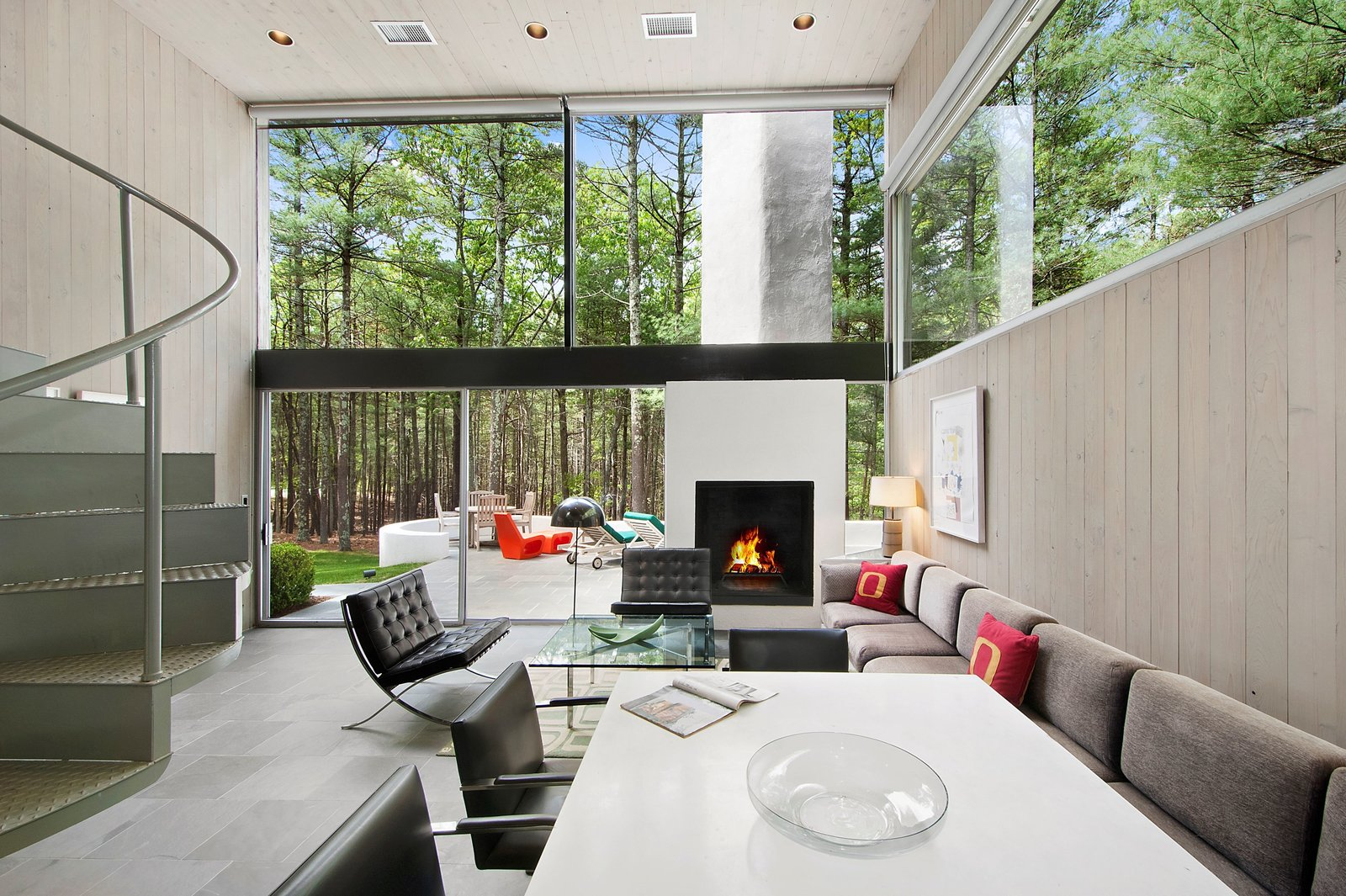 Living Room and Standard Layout Fireplace The first commissioned work by  Photo 3 of 11 in Unforgettable Midcentury Homes by Modern Masters
