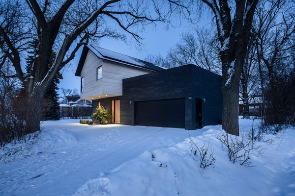 Given the lot's tight parameters and predominantly shaded landscape, a rooftop patio with a vegetable garden and a lounge space were strategically placed above the garage for maximum light.